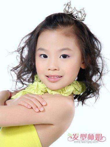 发型设计 儿童发型 >> 心形脸小孩子扎辫子发型 过节日的胖女童编发打