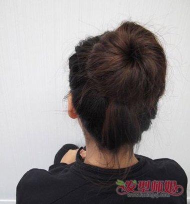 甜甜圈丸子头是怎么来的 中长发扎圆圈丸子头步骤(4)图片
