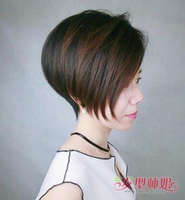 女生多发量碎发波波头发型,将额头侧边的头发梳在脸颊一侧,短发波波头图片