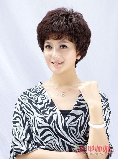 发型脸型 长脸 >> 48岁长脸女士剪超短发有刘海造型 中年人染棕色头发图片
