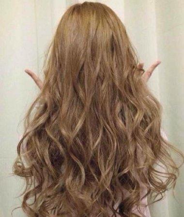 女生后梳长发烫卷发发型图片