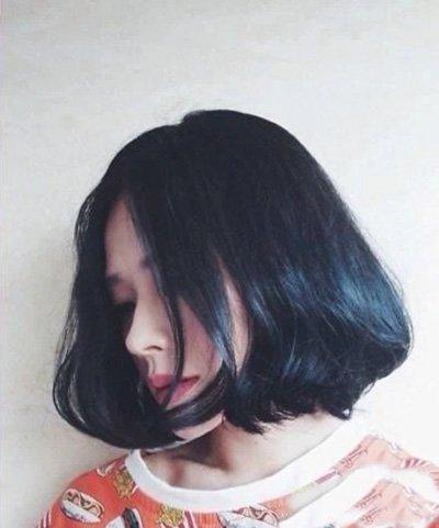 原宿复古中分短发 圆脸女生适合的原宿风发型