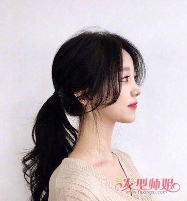 女生中分刘海低扎马尾辫发型,给头发梳在耳朵前边的两侧, 中长发烫发图片