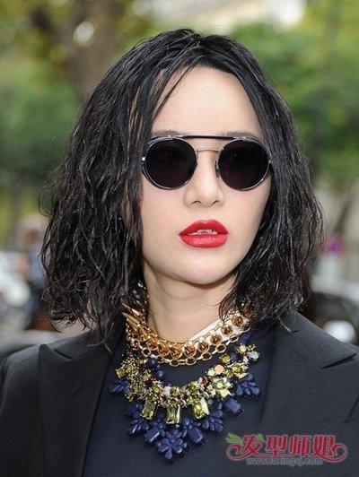 发型脸型 >> 胖脸女生适合的泡面卷头发 高个子女烫卷蓬松头发  泡面