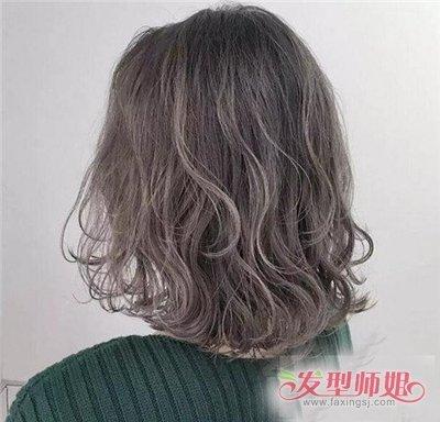 发型设计 卷发 >> 水波卷怎样打理适合低个女 浅棕黄发色能够提亮皮图片