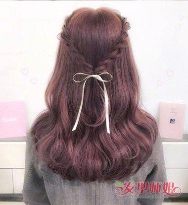 女生内扣中长卷发扎公主头发型图片