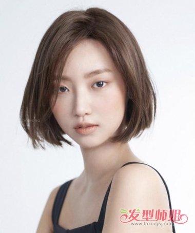 女生偏分包脸烫短发发型