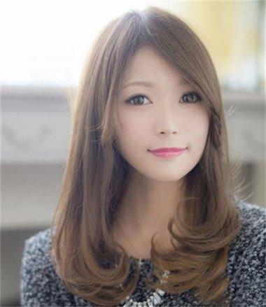 女生中长内扣染浅色头发造型图片