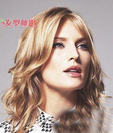 大方脸女生披散长头发造型 怎样剪发不留刘海款式发型