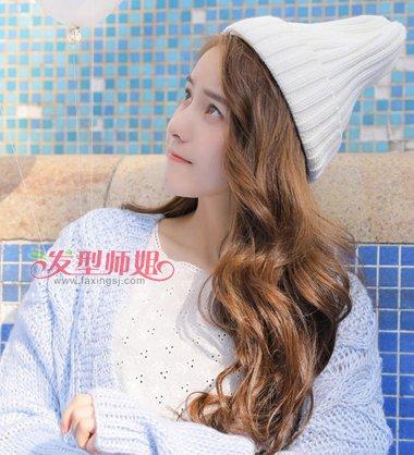 初秋戴帽子女生长卷发教程 给能散下来的长发透个气吧图片