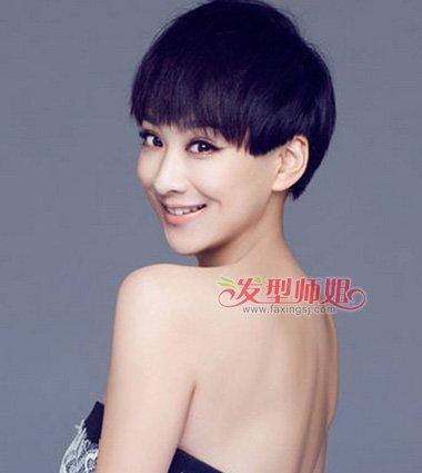 额头上方刘海部分更加迷人,耍出女生的清新活力度的潮流 发型设计.