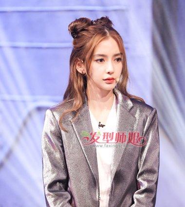 卷发女生,将中分的头顶发丝盘成两个松松的 丸子头发髻,龙须刘海修颜图片