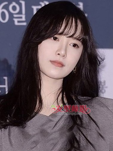 中长发般配,耳环也是蛮与她的发型般配,而发梢部分是修剪出多层次效果图片