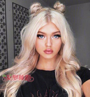 中分的头发,梳成两边对称的梳发,金色头发中分双编发 马尾辫发型,是图片