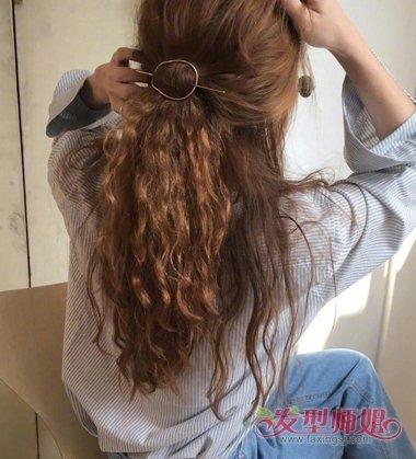 女生后梳多发量中长发发型,发尾打薄做成碎发,烫发发型发根比较服帖图片