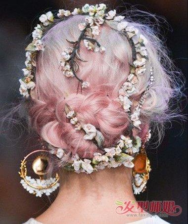 后脑的头发编出一个精致圆润的发髻,编发盘发发型的蓬松感比较明显,向图片