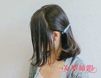 发女生汉服发型教程  第一步:首选中短发女生将一头乌黑中分内扣齐肩