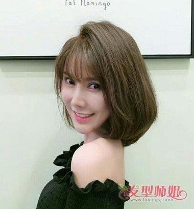 女生碎发刘海内扣 短发发型,将两边的头发做成内扣的 卷发,额头上的发图片