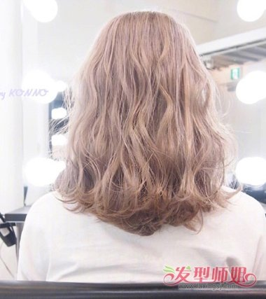 后梳金棕色雾染齐肩发发型,将发尾的头发梳成向外的 卷发,中长发发型