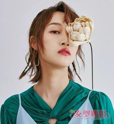 剪出的多层次头发更加迷人,耳环与她的短发超级般配,侧分刘海显示出图片