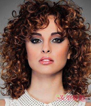 中 长发烫发发型要从眼角两边梳到后侧,中长发烫发发型一直到后脖颈图片