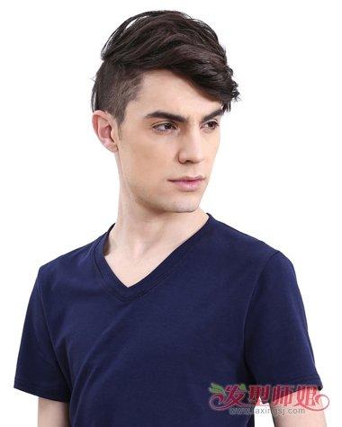 青春富有活力的男生造型,染出的咖啡头发颜色,立即衬托着肌肤亮白图片