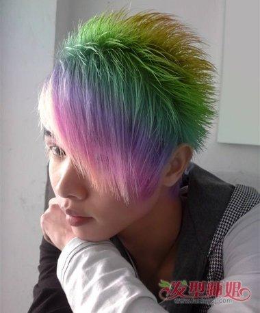 男生暖粉色的漂染短发发型,黑色的头发顺着耳尖做成超短发,书卷气的