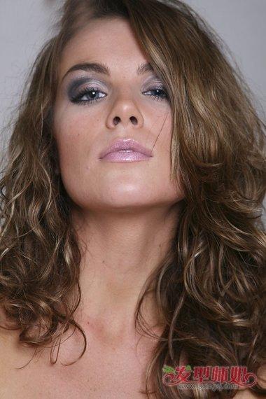 中年女士秒变年轻烫发启关键作用 选对发型让你一鸣惊人的长卷发图片
