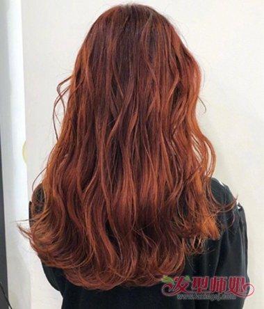 女生后梳铁锈红色的外翻卷烫发发型,将发尾的头发做成大卷的烫发,中图片