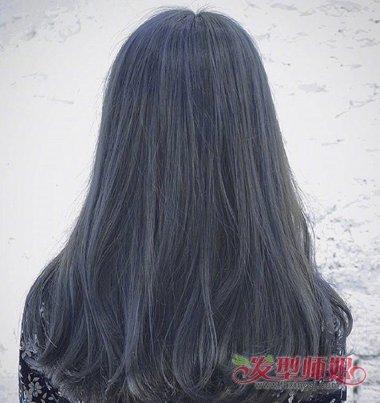 在底层制作了深灰色的头发,外围才是深蓝色染发的设计,女生烟灰色
