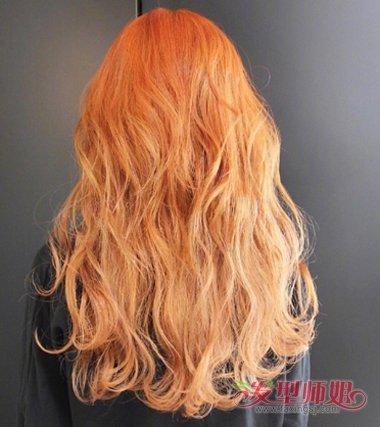 女生烟灰色雾染中长发发型,发尾做了大卷 烫发发型,中长发烫发发型图片