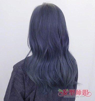 深灰蓝色的染发发型,烫大卷的发型贴着肩头梳的向外一些,女生中长发图片