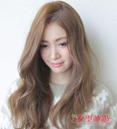 唯美漂亮的女生长发,打理出的微卷头发,适合于发量少的女生,梳出的偏图片