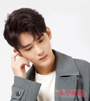 纹理烫短发发型发尾有着内扣的碎发尾,男生括号刘海偏分纹理烫短发图片