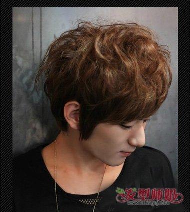 发型男生>>男生烫发帅酷的短v发型+头发男生百搭引领时尚度颜色诠释方脸的扎发发型设计图片
