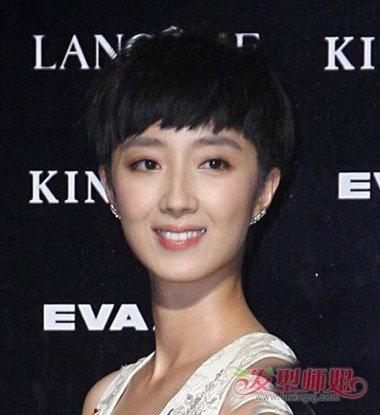 流露出女生的时尚度,而左右耳环也是蛮与她发型般配,靠上的头发是做着图片
