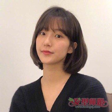 发型设计 短发 >> 秋季韩国美女最新黑色内扣短发设计 搭配网红刘海缩图片