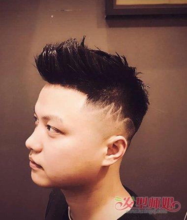 圆脸男生短头发刻痕迹造型