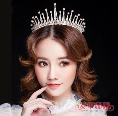 卷发,用闪亮精致的皇冠点缀,这款欧美风新娘中分大卷 烫发发型,让小脸图片