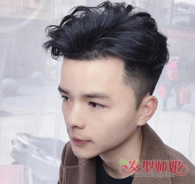 男生露额黑色剃两边短发发型图片