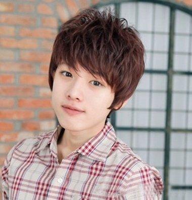 有一部分的轻盈质感,男生斜 刘海内扣短发碎发发型,前边的刘海只是一图片