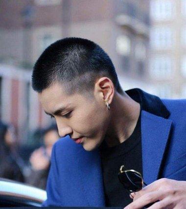吴亦凡理寸头上瘾刻痕造型越剃越帅  短发做寸头发型的时候,将鬓角的图片