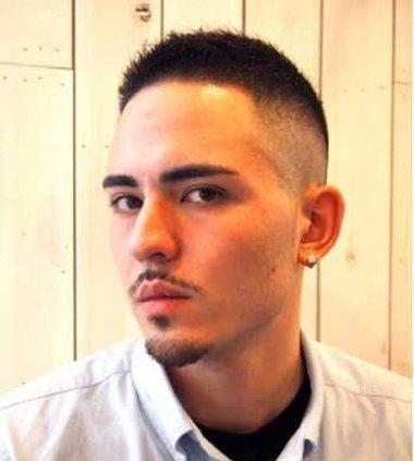 男生三面光毛寸短发发型,额头发际线的头发要做的工整,但发梢可以适当