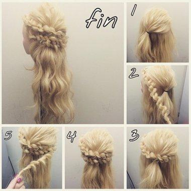 女生中长发两股辫公主头发型,在发际线位置梳的头发挑出来,做成扎发