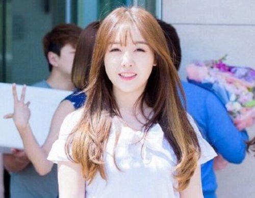 女生碎发刘海内扣中长发发型,可以将额头上的发丝梳成碎发刘海, 长图片