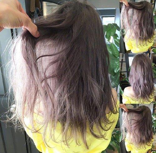 紫褐色的中 长发烫发发型,发尾打薄了,但色彩并没有做浅色.