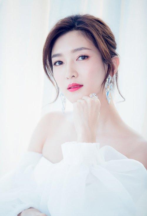 女生精致优雅盘发留刘海是重点 让你成为魅力女神的先决所在