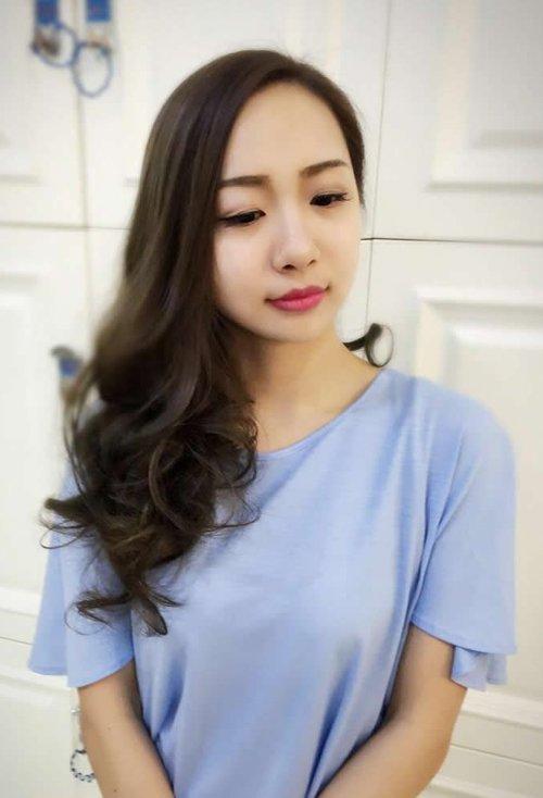 发型设计 染发 >> 2019年女生超新中长发成主流款 温暖一束光的女生图片