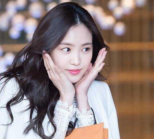 这款韩式女生中分长 卷发发型,优美灵动,特别适合手残党们get.图片