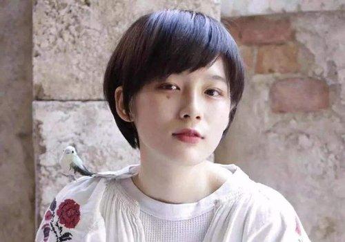 她们的短发大多非常的简单清新,比如这款日系女生斜刘海短 直发发型图片